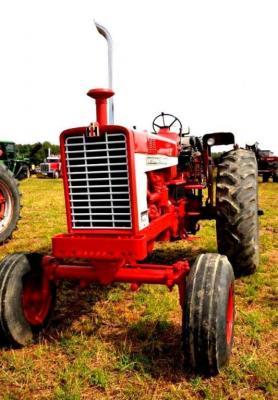 1971 INTERNATIONAL 1456 TRACTOR - TYPE F1456 - 8,449.1 HRS. - REPAINTED - DUAL PTO's, 1,000  & 550 - DRAW BAR - NEW SEAT - FRONT WEIGHT  BRACKET (NO WEIGHTS) - 2 CYLINDER HOOK-UPS -  CHROME STACK - CRANKS & RUNS - FRONT TIRES:   CO-OP AGRI QUAD RIB 10.00-