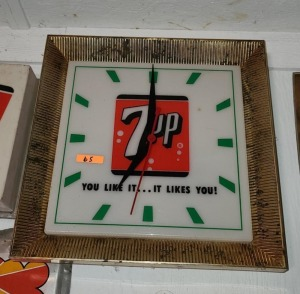 "PLASTIC 7UP CLOCK, ""YOU LIKE IT ... IT LIKES YOU!"""