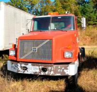 1999 VOLVO TRUCK AND CHASSIS VIN: 4VHJCBHE8XN867749 - FULLER TRANSMISSION - 1999 MODEL - VOLVO ENGINE SIZE UNKNOWN - PAINT OFF HOOD - DOUBLE TANDEMS IN REAR - 10 WHEELER